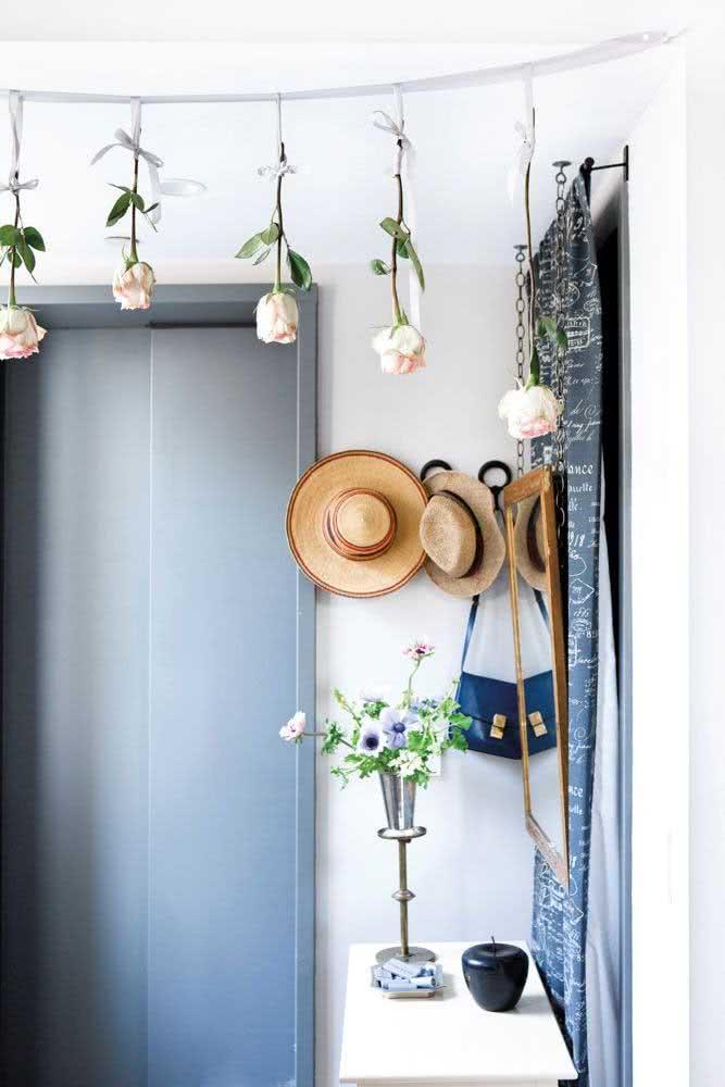 Os chapéus de todo dia podem fazer parte da decoração do hall de entrada pequeno