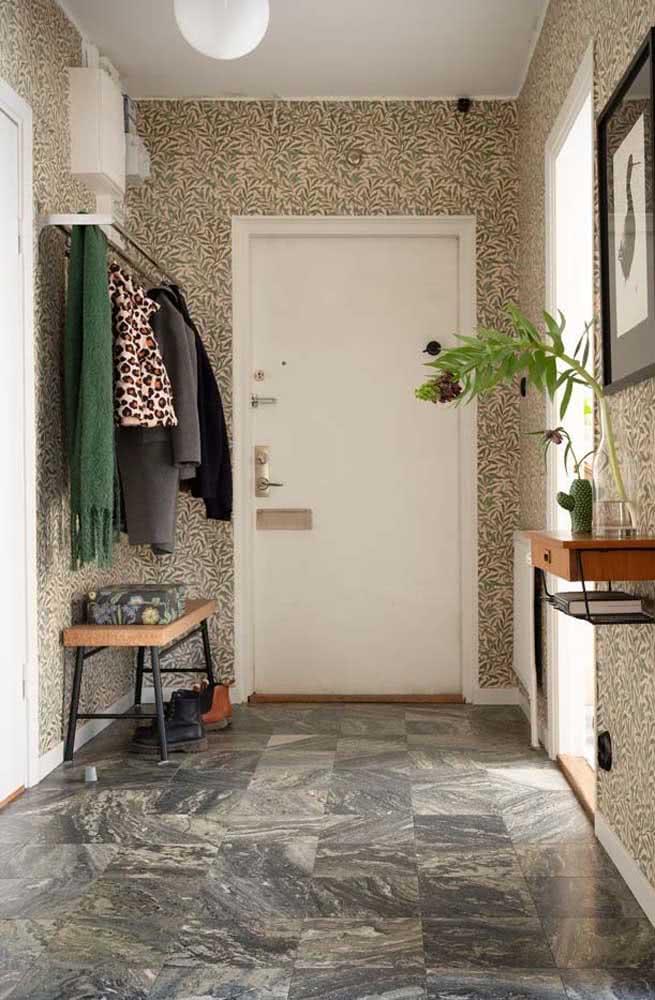 Que tal papel de parede na decoração do hall de entrada pequeno?