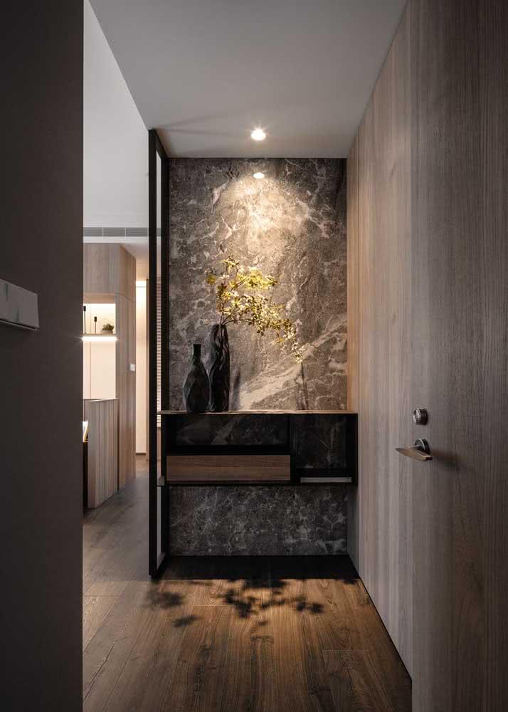 Hall de entrada pequeno decorado com mármore. Chique!
