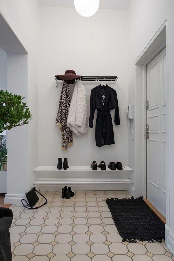 Hall de entrada pequeno, simples e cheio de classe