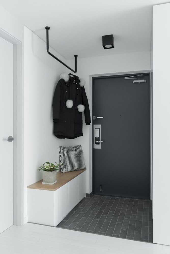 Hall de entrada pequeno e moderno em tons de branco e cinza
