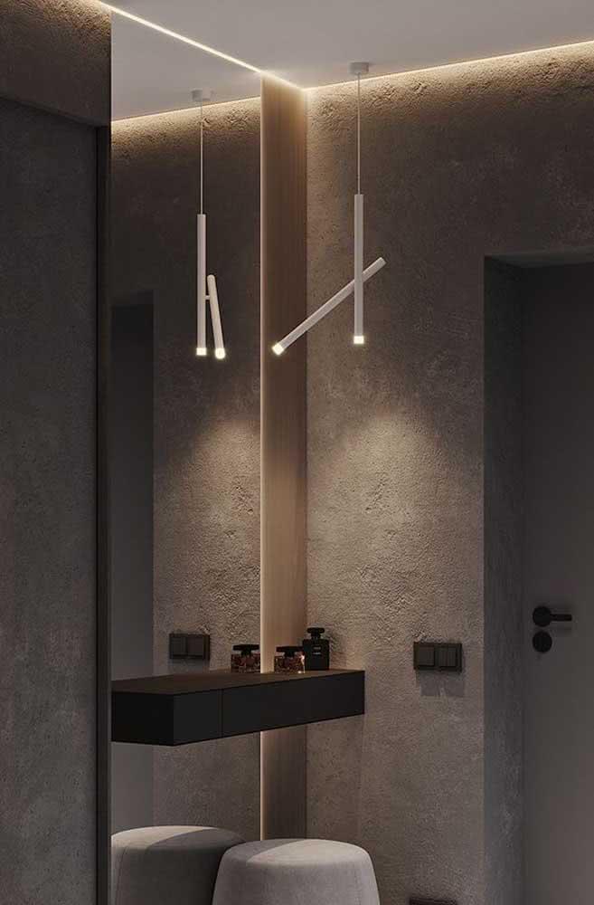 Hall de entrada pequeno com espelho e uma bela iluminação