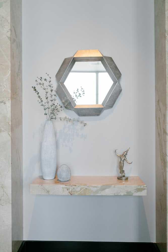 Hall de entrada pequeno decorado com mármore e espelho