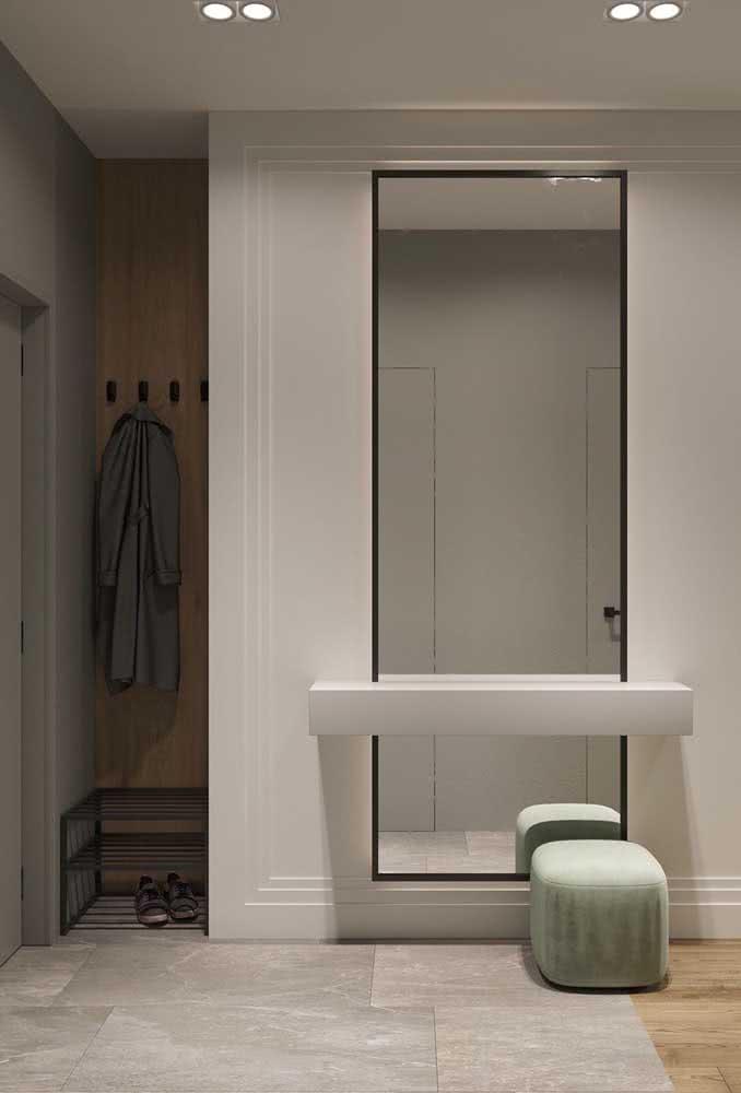 Hall de entrada pequeno com espelho. E que espelho!
