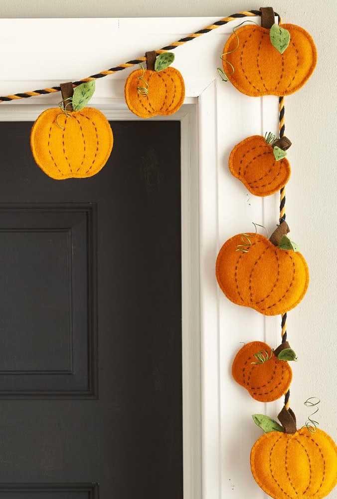 Abóboras de halloween em feltro para decorar a entrada da casa