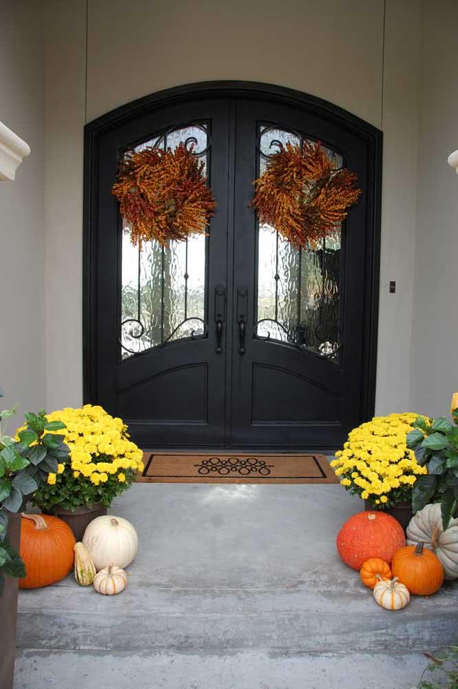 Decoração de halloween com abóboras de cores variadas. Repare que aqui elas estão no modo natural