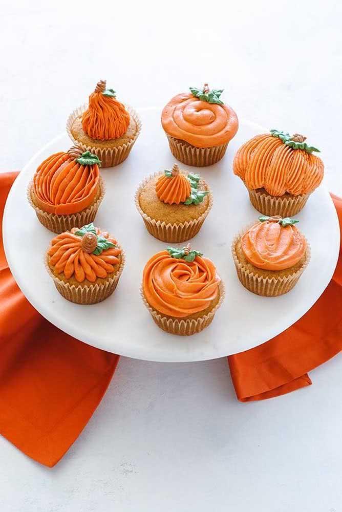 Que tal cupcakes inspirados em abóboras de halloween?