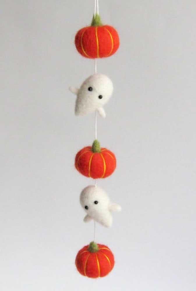 Abóboras e fantasminhas de feltro para a decoração de halloween