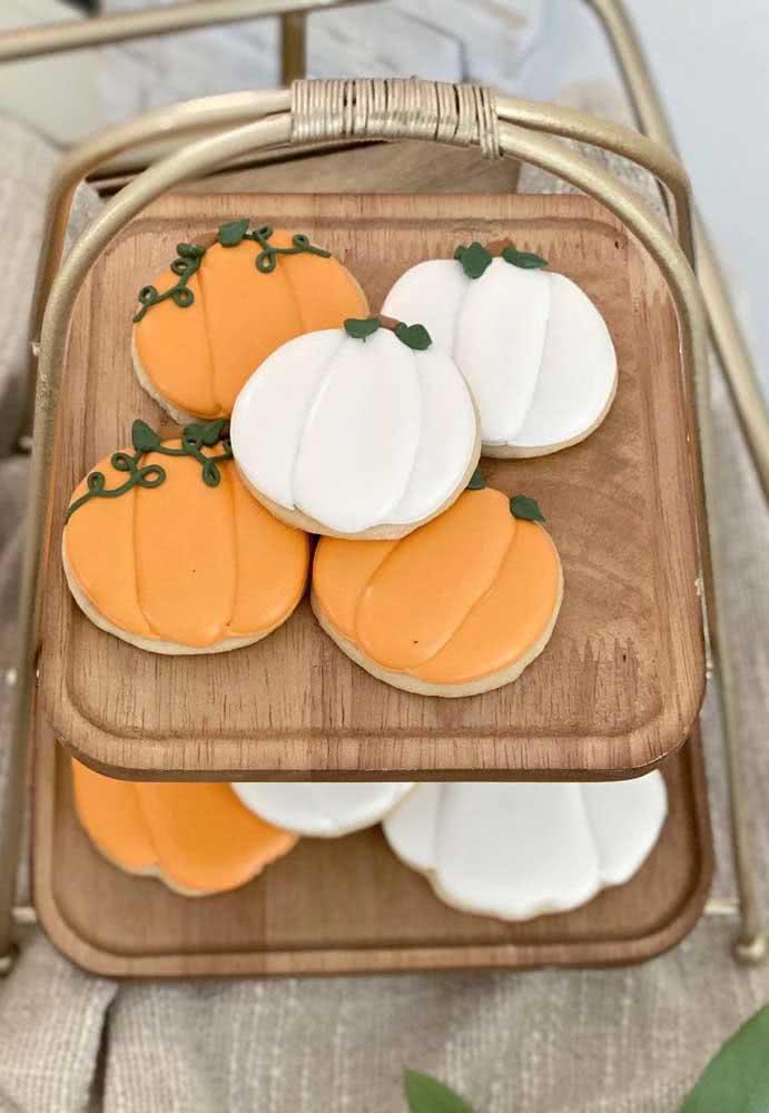 Biscotinhos decorados em formato de abóbora de halloween