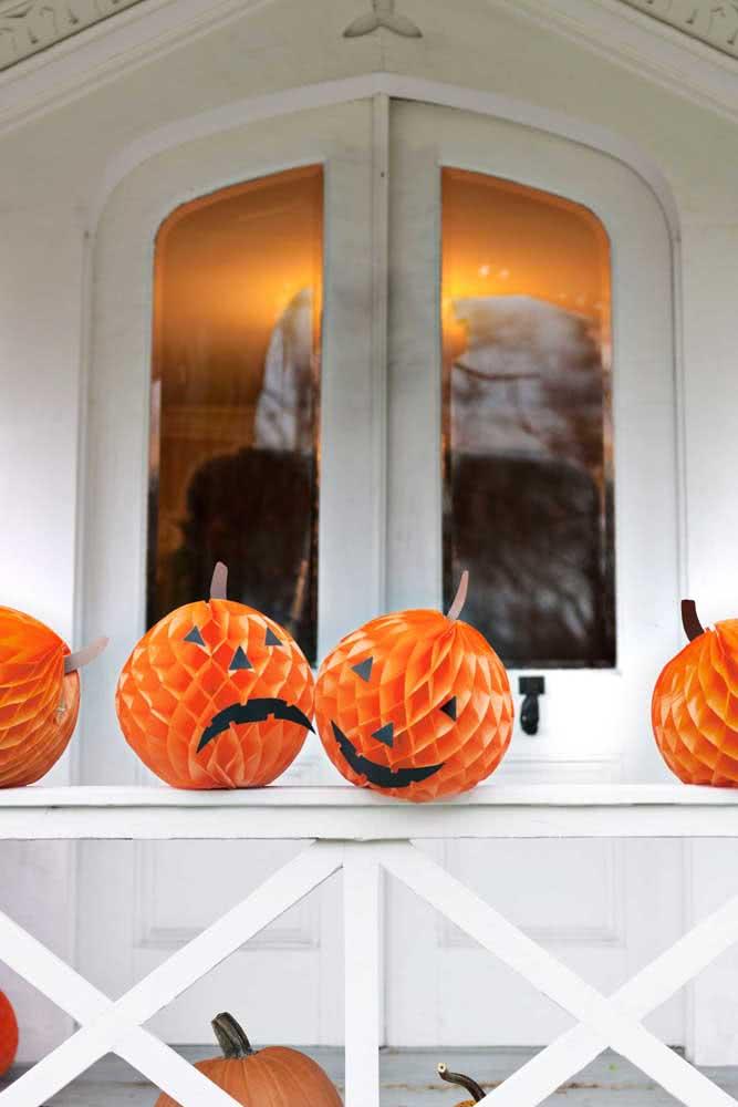 Abóboras de halloween em papel que também funcionam como lanternas