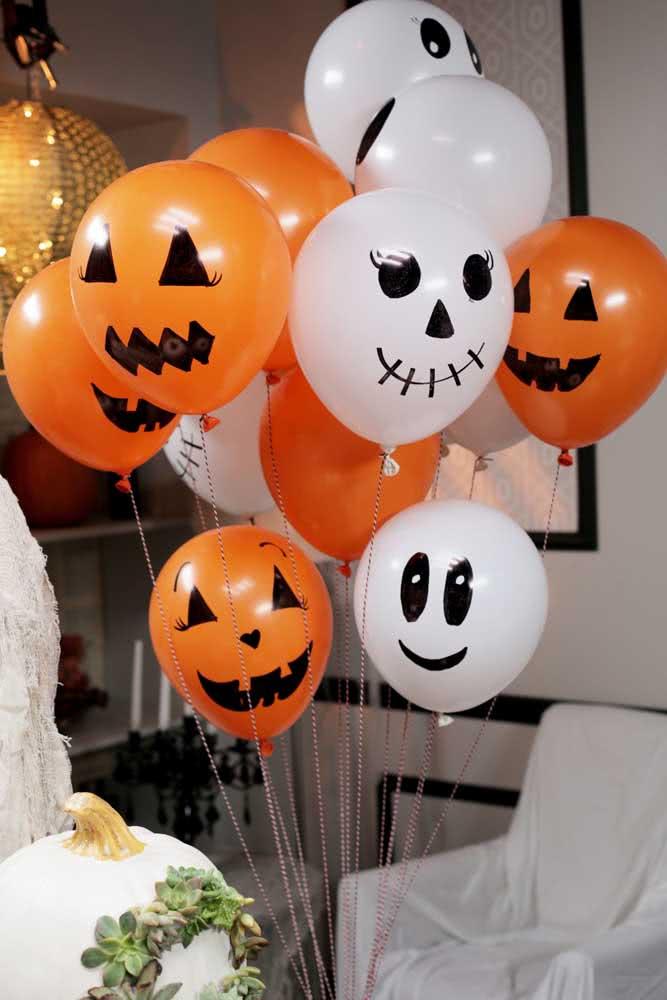 Balões laranjas também podem virar abóboras criativas de halloween