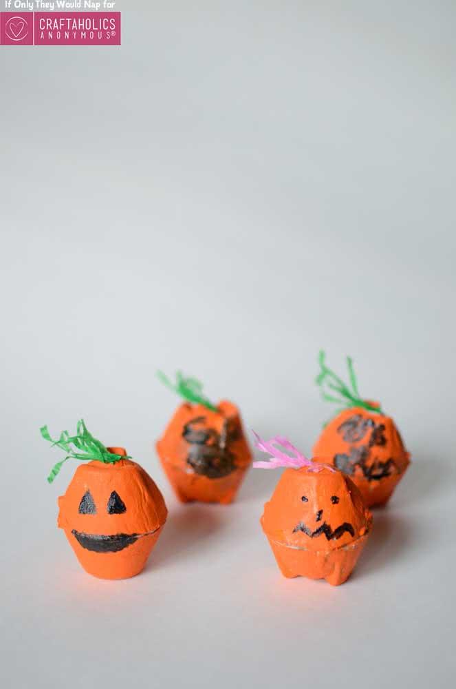 Sabe aquelas caixinhas de ovos? Então, faça abóboras de halloween com elas