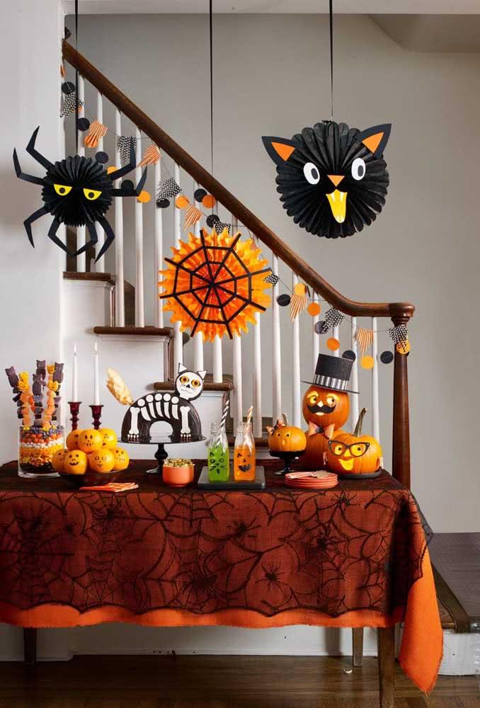 A mesa de doces do halloween não pode deixar de ter abóboras para decorar