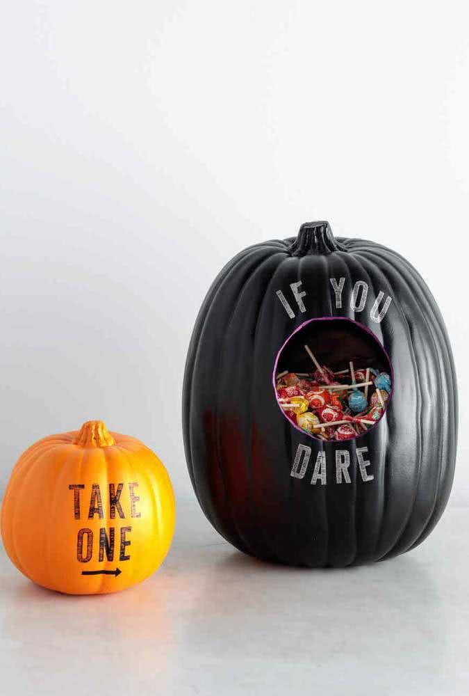 Aqui, a abóbora de halloween virou um porta doces para o dia da festa