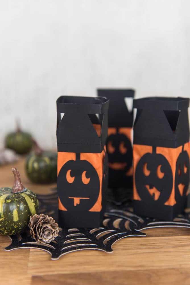 Lanternas de papel decoradas com desenho de abóbora de halloween