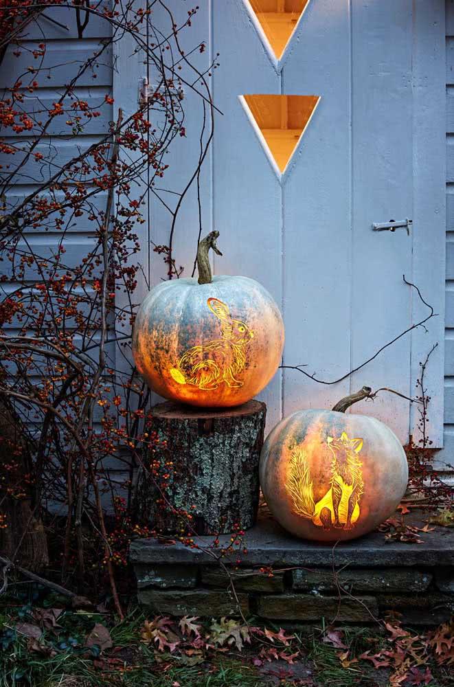 Aqui, lobo e coelho ilustram a abóbora de halloween com luz