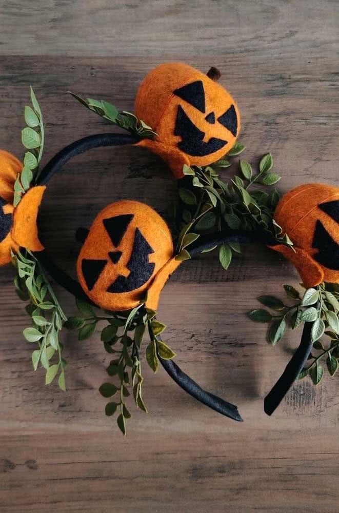 Para os convidados distribua tiaras de cabelo com abóboras de halloween em feltro
