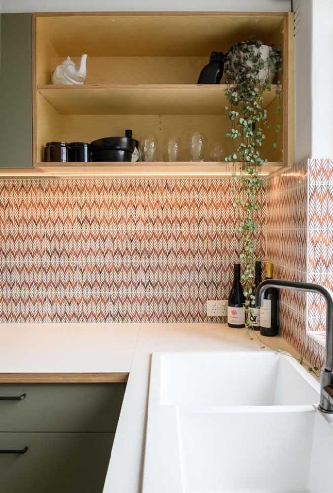 Cerâmica para parede cozinha vermelha em contraste com o armário verde