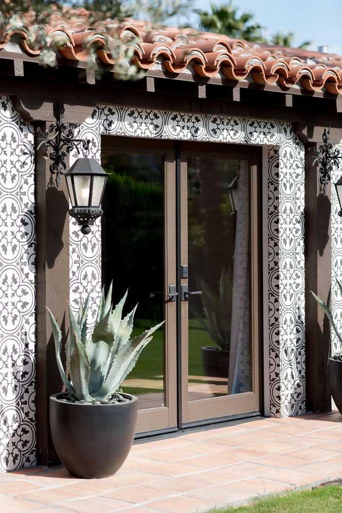 Cerâmica para parede externa. Aqui, as peças formam um portal na entrada da casa