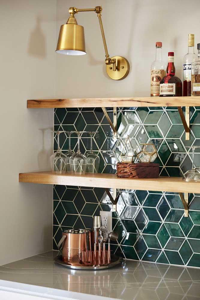 Cerâmica para parede cozinha verde arrasando com os detalhes em dourado