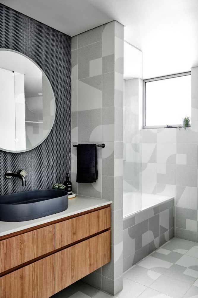 De um lado, piso e cerâmica iguais. Já para a bancada da pia, a escolha foi por uma cerâmica decorativa para parede