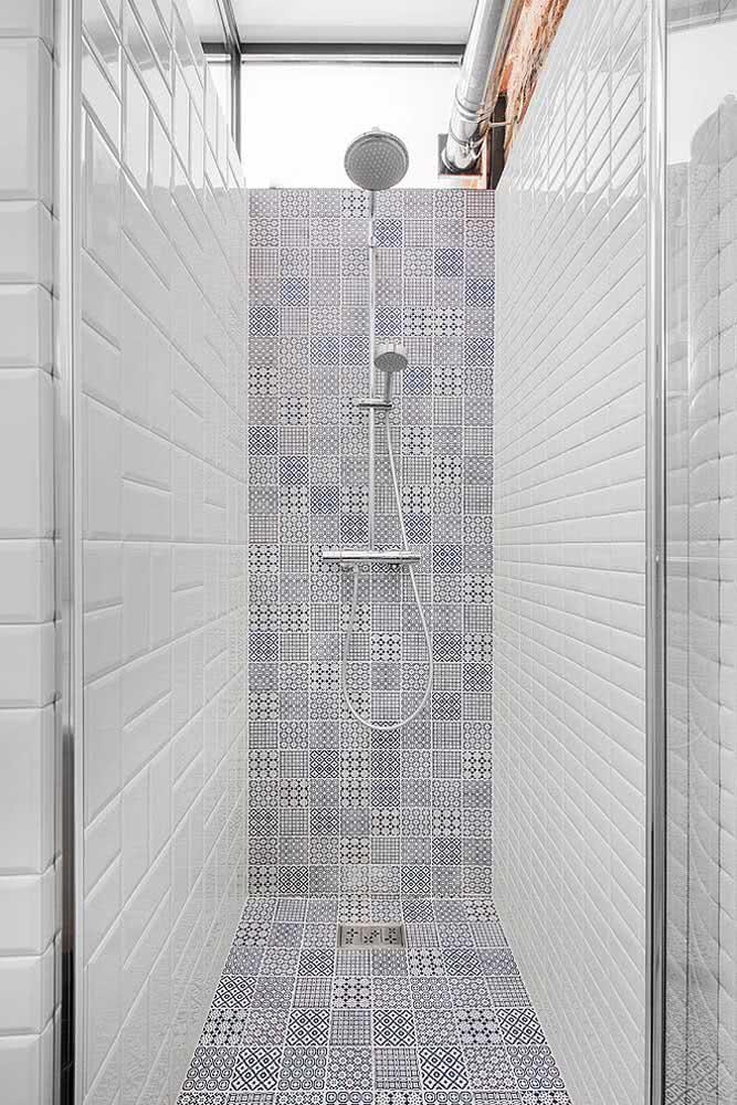 Cerâmica tijolinho e cerâmica decorativa juntas nesse banheiro