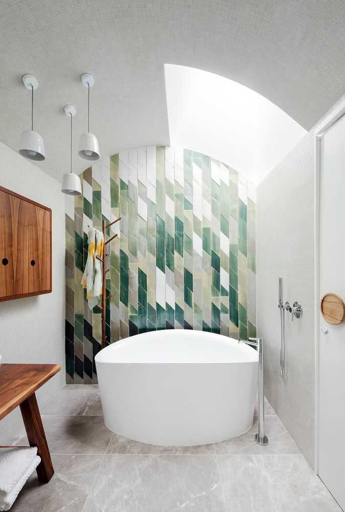 O destaque desse banheiro é a cerâmica para parede