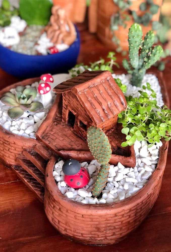 Vaso para suculentas diferente com formato de coração e mini casinha