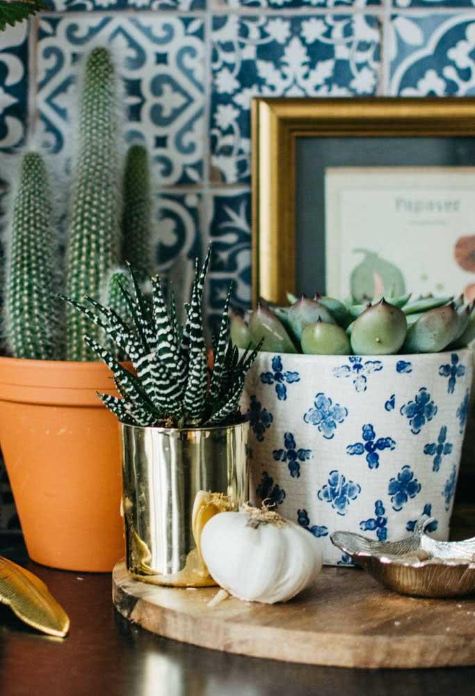 Cerâmica, metal e barro: três vasos diferentes para suculentas formando uma linda composição