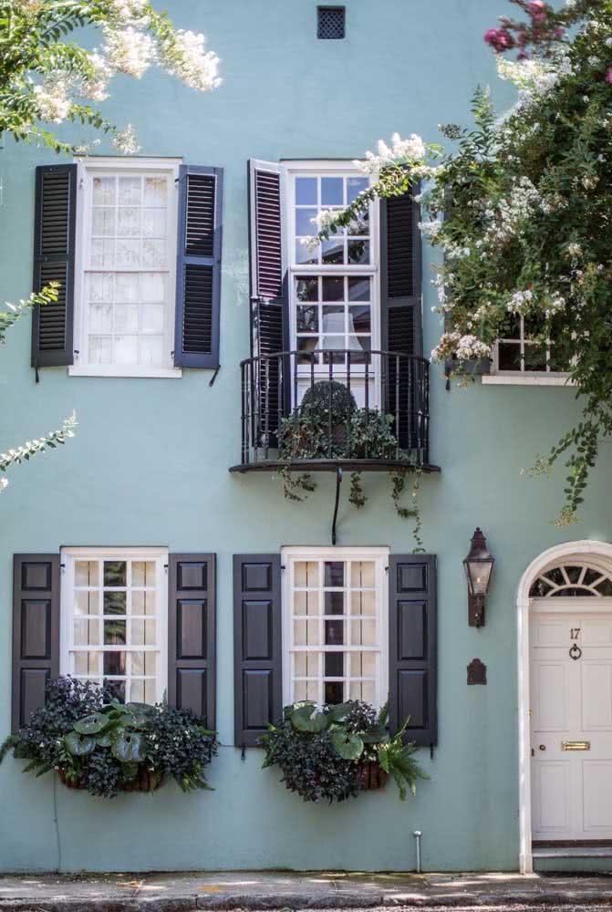 Cores de casas modernas externas: azul claro na parede, preto nas portas e janelas
