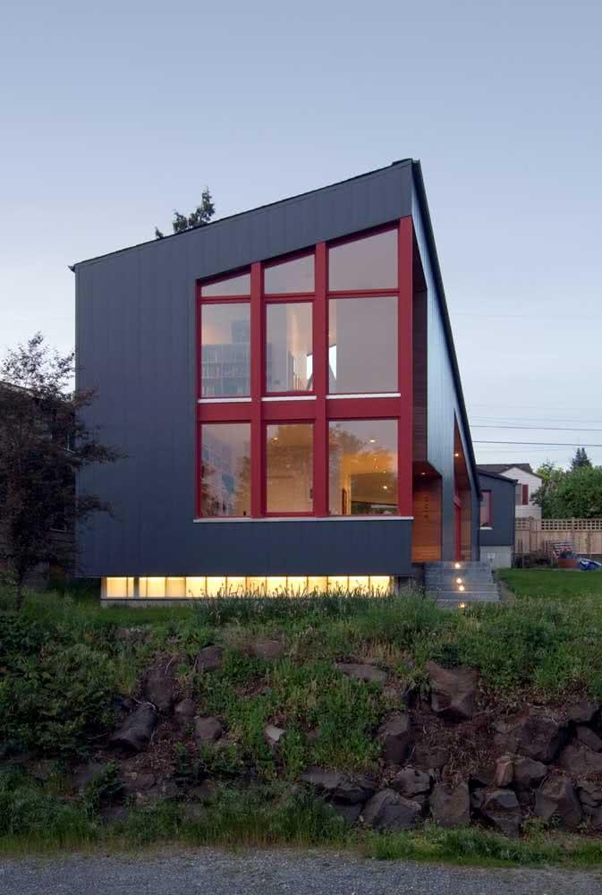 Nessa casa moderna a composição de cores complementares não é nada óbvia