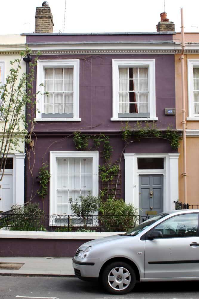 Pouco comum, o roxo pode surpreender na fachada de uma casa moderna