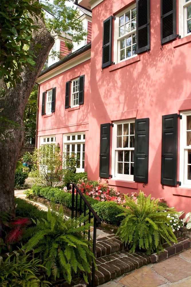 Quer cores de casas modernas externas fora do convencional? Aposte no duo rosa e preto