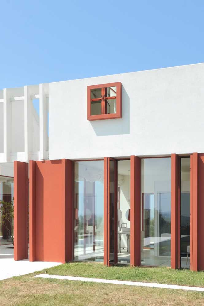 Fachada de casa moderna em tons de branco e vermelho