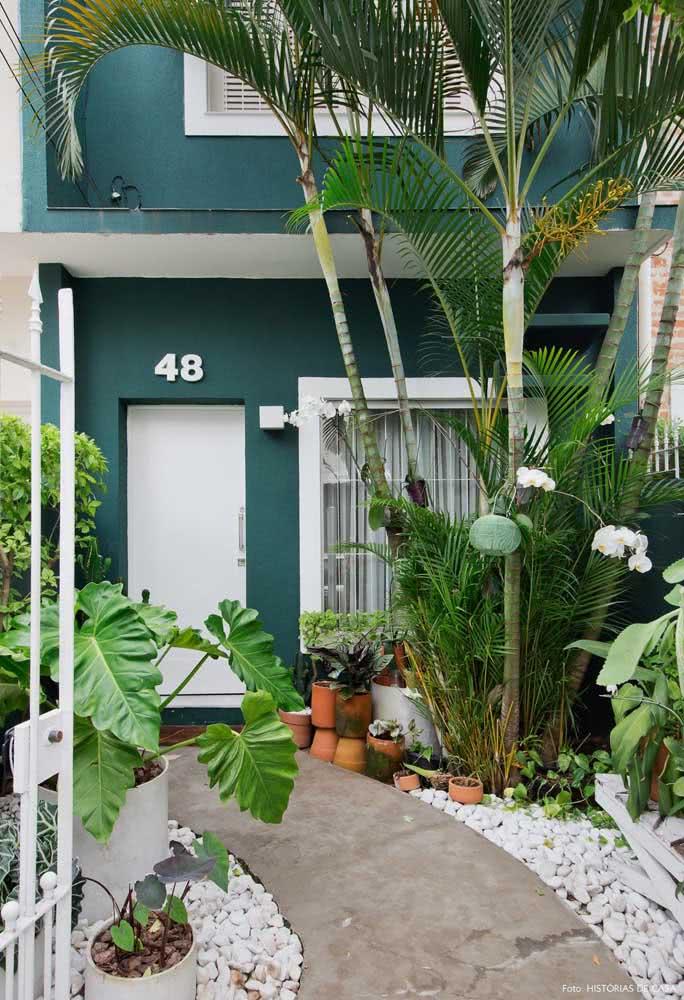 Para essa fachada moderna, a opção foi pela combinação entre verde e branco