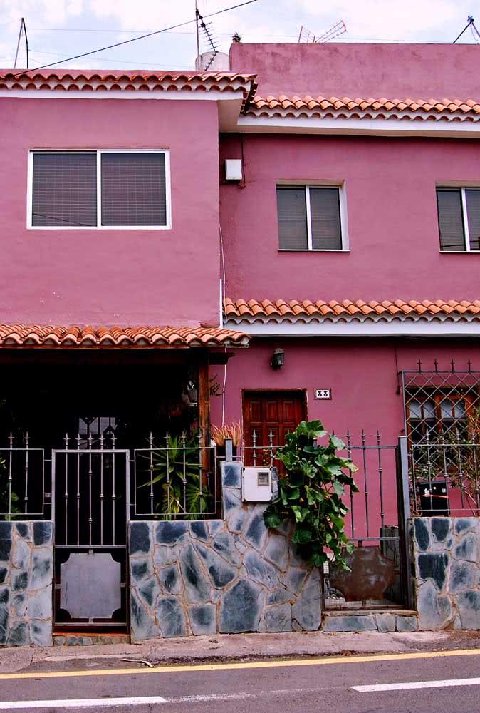Um rosa choque para sair do comum e arriscar novas cores de casas modernas externas