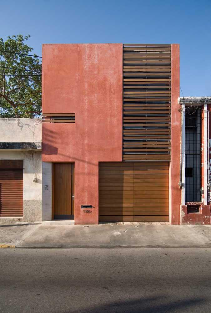 Tons terrosos para a fachada moderna com detalhes em madeira