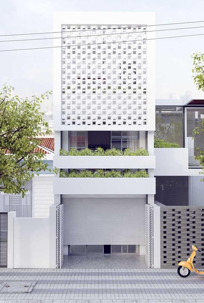 O branco valoriza a arquitetura moderna da casa
