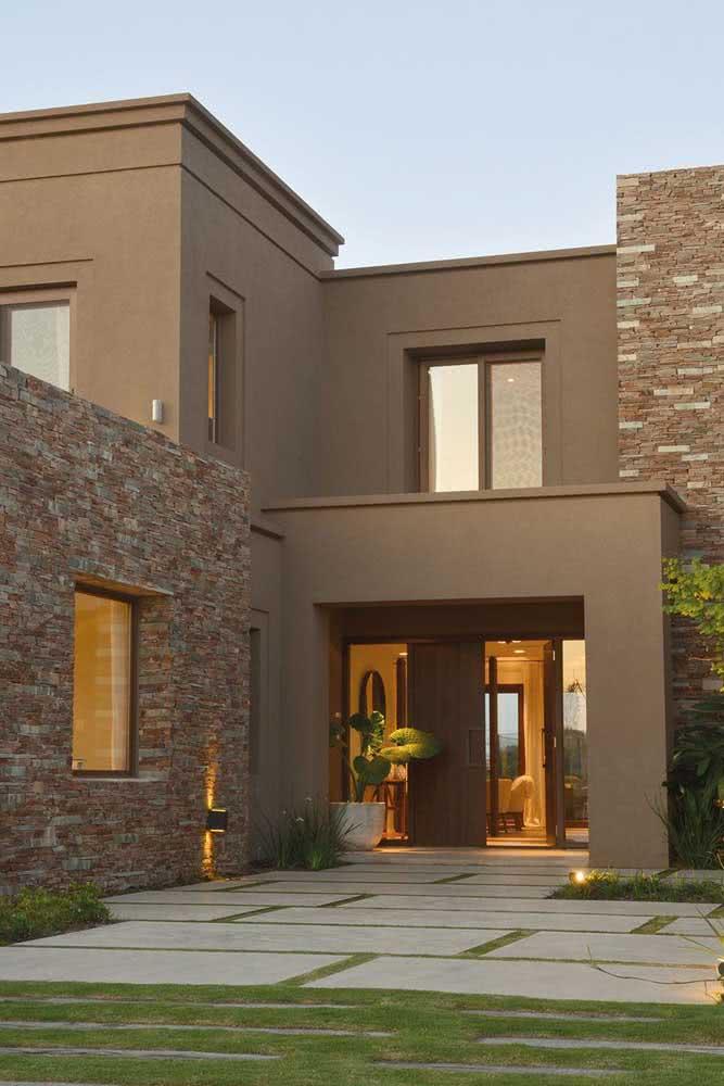 Mas se a intenção é criar uma fachada moderna e sofisticada invista no marrom