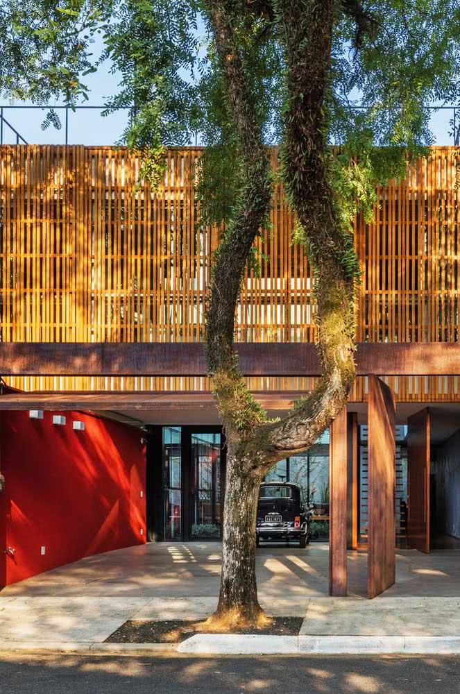 A madeira também colore a fachada da casa