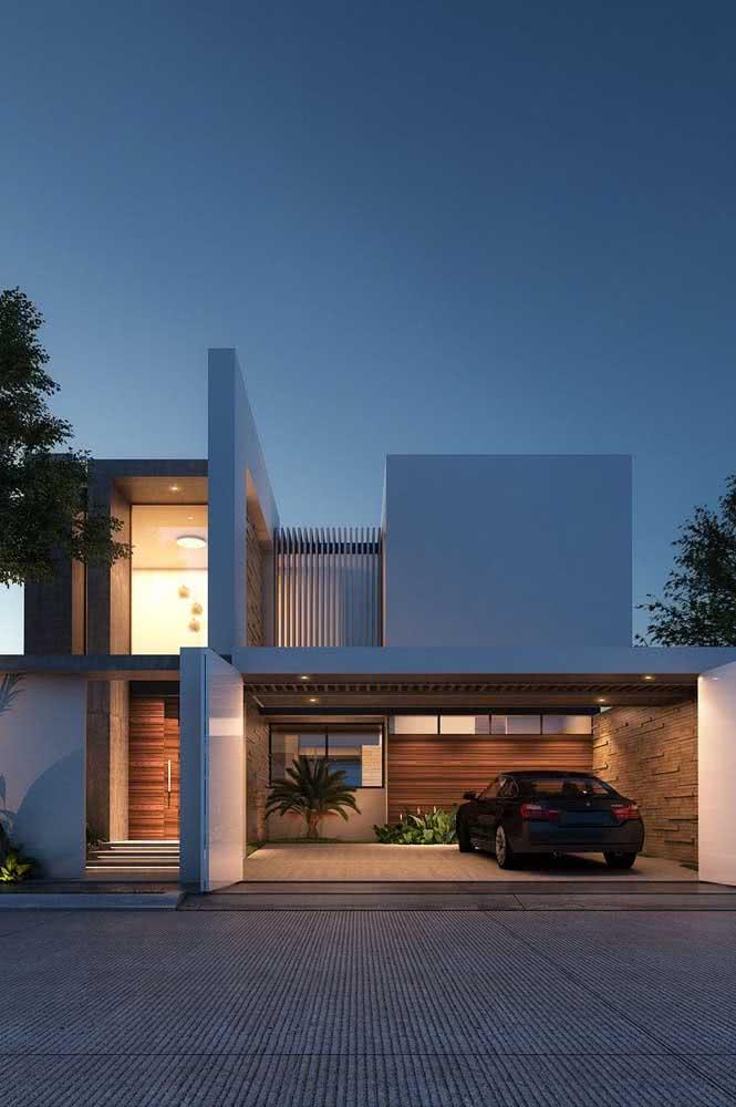 Fachada branca de casa moderna. A iluminação complementa o visual da entrada