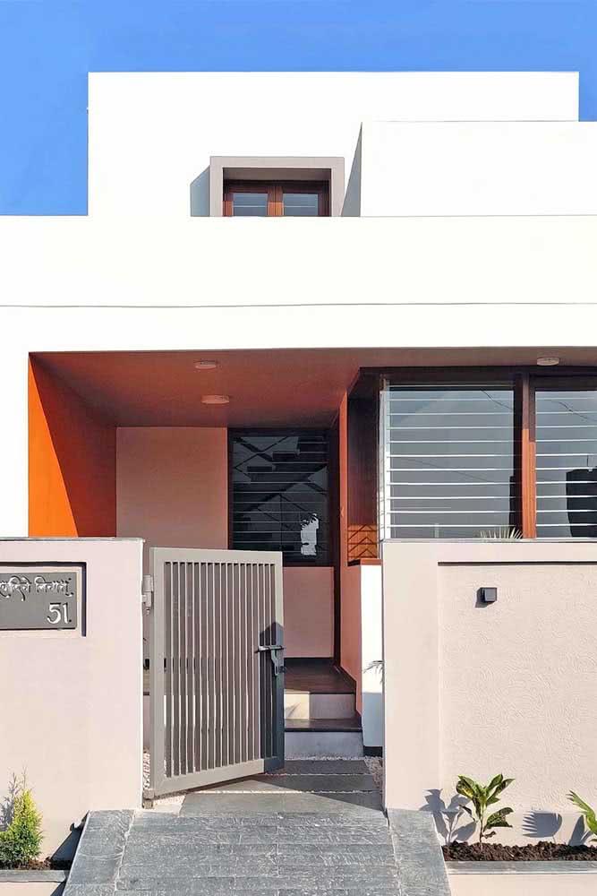 Discreto, o laranja aparece apenas na parede mais interna da fachada