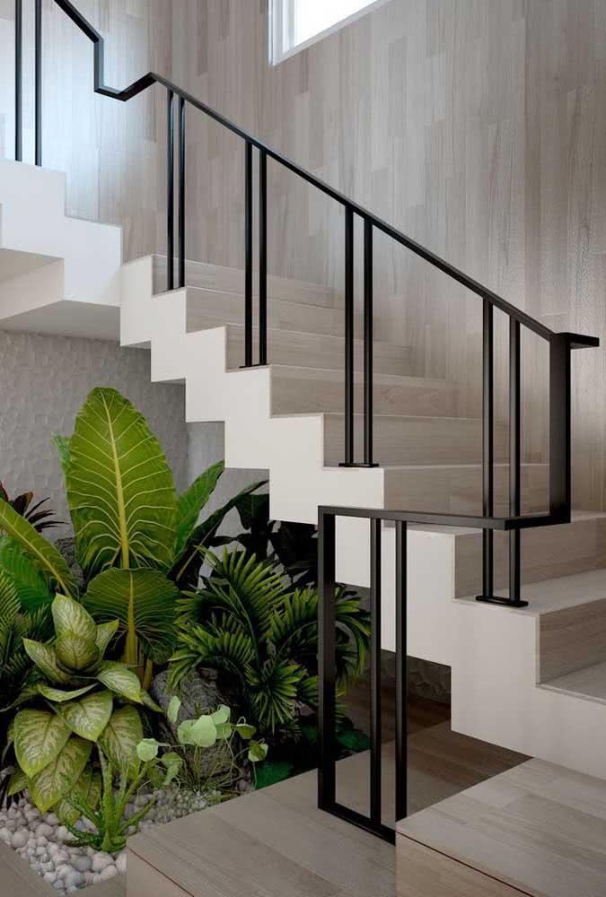 Traga todo o charme do jardim para dentro da sua casa: aproveite o espaço embaixo da escada para abrigar as suas plantas favoritas.