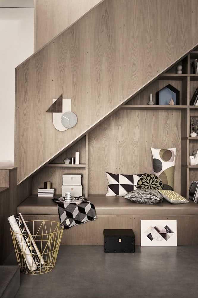Cantinho da leitura e espaço aconchegante com armazenamento embaixo da escada.