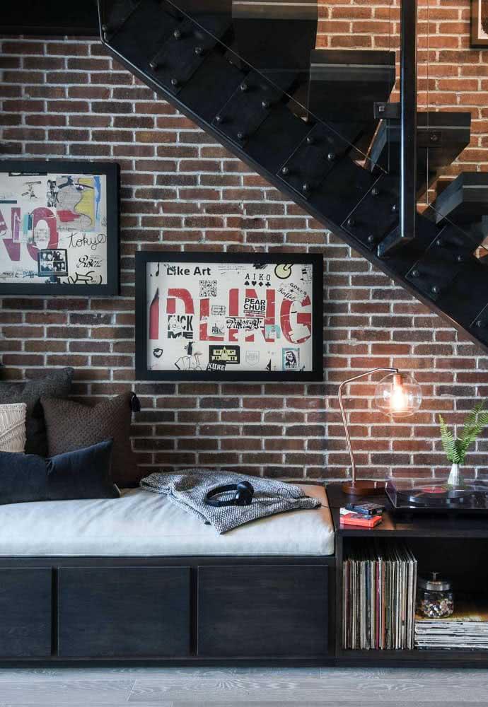 Espaço para relaxar todo decorado montado embaixo da escada da residência.