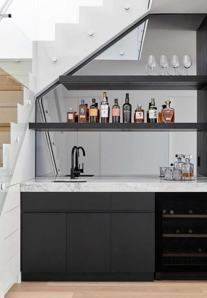 Que tal montar um espaço bar embaixo da escada para preparar as melhores bebidas para os seus convidados?