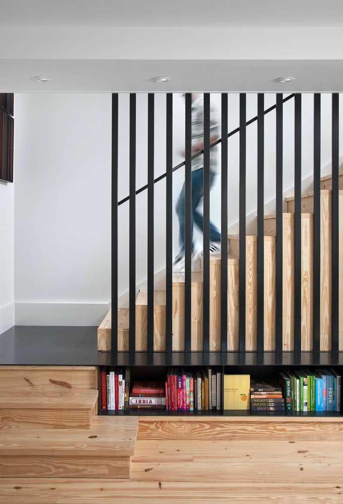 Prateleira estreita para armazenar livros embaixo da escada.