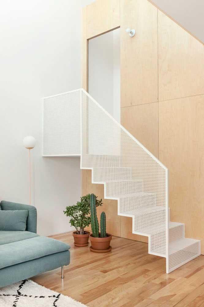 Para escadas pequenas: vasos são a perfeita opção para abrigar neste espaço.