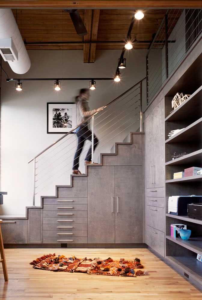 Armário completo embutido embaixo da escada: há opções de armazenamento para as mais variadas necessidades.