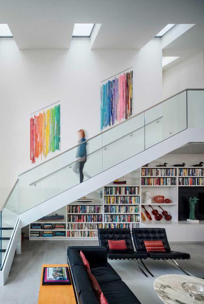 Biblioteca embaixo da escada: para ambientes amplos mas que ainda assim preferem aproveitar o espaço.